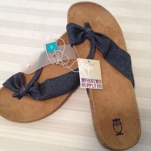 Mossimo supply Co. sued lined cork sandals